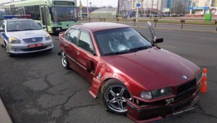 В Минске BMW вылетел на остановку, врезался в столб и сбил троих пешеходов. На Гомельщине другой BMW сбил человека насмерть