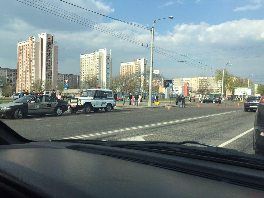 Кровь на остановке. В Гомеле девушка за рулём Mercedes столкнулась со спортбайком – мотоциклиста госпитализировали