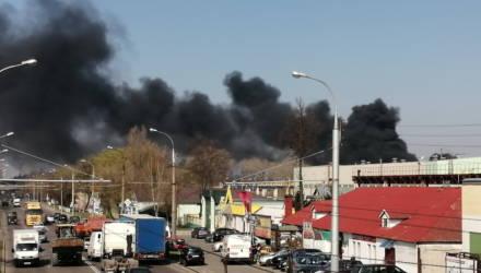 Всё в чёрном дыму! В Гомеле по ул. Барыкина горел пластиковый мусор – фото