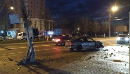 В Гомеле водитель BMW врезался в столб на Советской и потерял колесо – фотофакт
