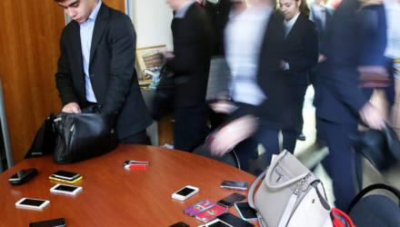 Минобр определил, что в школах делать с мобильными телефонами и каким там будет пропускной режим