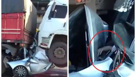Очевидцы были уверены, что грузовики раздавили водителя, но он протянул им руку