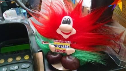 Фотофакт: красно-зелёного домовёнка «от сглаза» продают в Гомеле