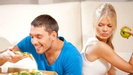 «Муж измеряет колбасу линейкой». Психолог объясняет, почему мужчины жадничают и прячут еду от женщин