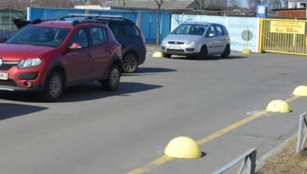 В Гомеле владелец автостоянки привлечен к административной ответственности за самовольную установку полусфер