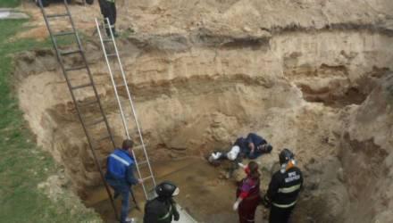 В Жлобинском районе мужчина провёл всю ночь в яме, куда упал на пути домой и сломал ногу