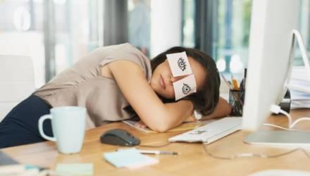 «Полдня просто сплю на клавиатуре, курю и общаюсь с коллегами». Как белорусы имитируют работу в офисе