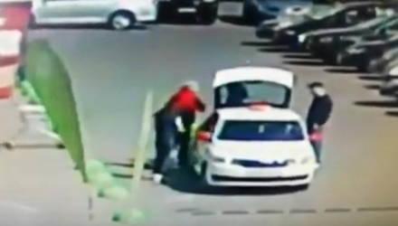 Гомельчанину не понравилось, что с ним не поздоровался бывший коллега, и он полоснул его ножом по лицу (видео)