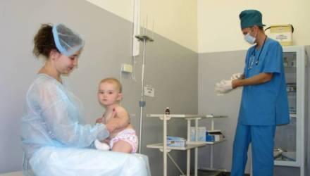 В каком возрасте делают прививки и от чего они защищают, рассказал гомельский педиатр