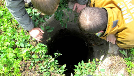 Играл в прятки и пропал. В Калинковичском районе ребёнок упал в колодец и погиб