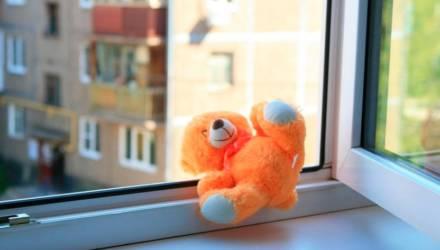 В Мозырском районе двухлетний малыш выпал из окна. Ребёнок находится в реанимации