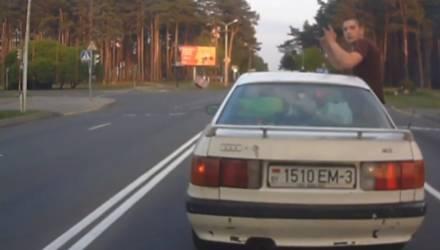 Видеофакт: в Светлогорске пассажир Audi ездил, наполовину высунувшись из авто