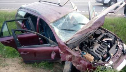 На гомельской трассе парень из Турции вылетел в кювет из-за лопнувшего колеса и получил травмы