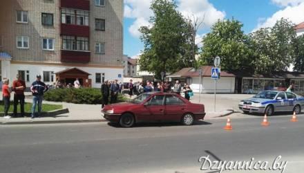 Авария с участием 4-летней девочки в Щучине попала на видео: мать не удержала, водитель не пропустил
