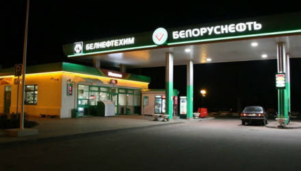 """Дальнобойщик остановился переночевать на АЗС """"Белоруснефти"""", а ему сказали, что стоянка платная. Законно ли потребовали деньги?"""
