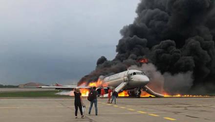 Погиб 41 человек, среди жертв - дети. Эвакуация пассажиров из горевшего самолёта в Шереметьево попала на видео