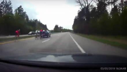 Видеофакт: на выезде из Гомеля в сторону Речицы водитель чуть не сбил 5 велосипедистов