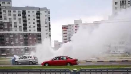 Пожар? В Гомеле владелец бюджетного хетчбэка напугал прохожих огромным облаком дыма (видео)