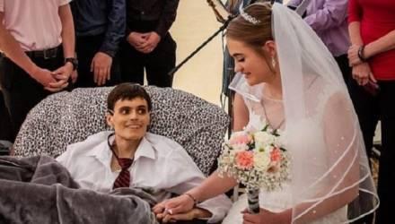 20-летний парень женился на своей возлюбленной за несколько часов до смерти от рака печени