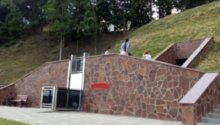 Конфуз. В Гомеле инвалид застрял в подъёмнике туалета на набережной – спасали его работники МЧС