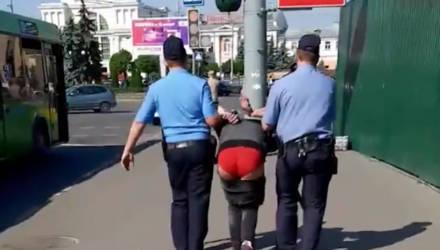 Стали известны обстоятельства задержания мужчины в центре Гомеля со спущенными штанами и в красных трусах