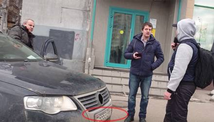 Volkswagen с гомельскими номерами засветился в новом выпуске «СтопХама» — прокатил активиста на капоте
