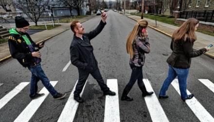 В Беларуси предлагают запретить разговаривать по мобильнику на пешеходных переходах