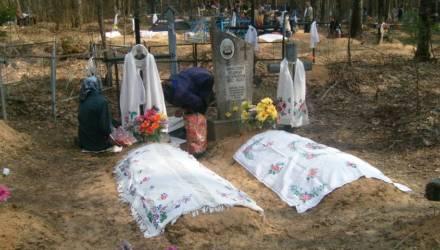 Взгляните, как на Гомельщине на Радуницу застилают могилы скатертями (фото)