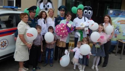 В родильном отделении областной больницы работники МЧС поздравили молодых родителей