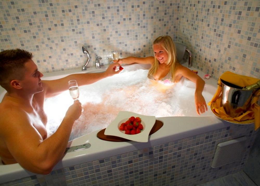 Смотреть парень с девушкой сидят в ванной смотреть видео #7