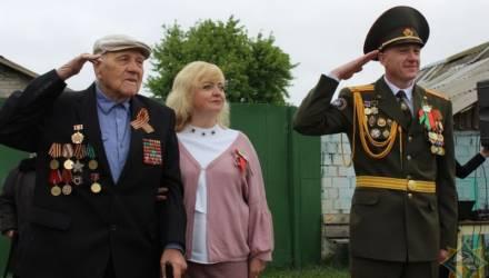 В Гомельском районе ветерану, который не смог приехать на парад, устроили его прямо возле дома в деревне (видео)