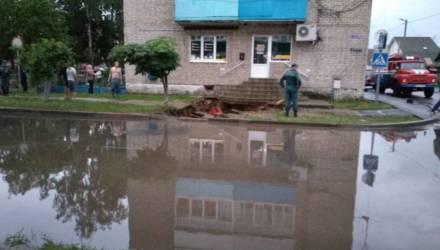 «Уплывшие» тротуары на Гомельщине, град и размытые дороги: фото и видео пятничной непогоды в Беларуси