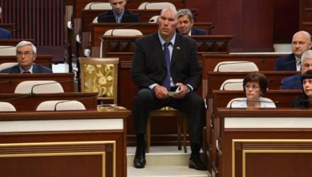 Фотофакт: Валуеву в белорусском парламенте опять достался отдельный стул