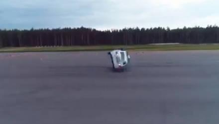 """Видеофакт: Lada Vesta перевернулась при выполнении """"полицейского разворота"""""""