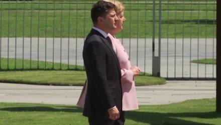 Видеофакт: Меркель затрясло в присутствии Зеленского