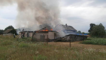 4 дома, 2 сарая и 1 баня горели в Гомельской области за один день, и всё из-за грозы