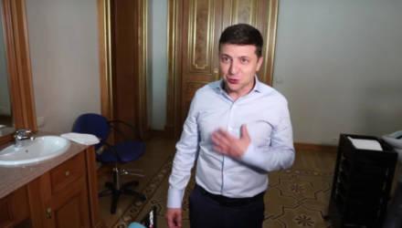 """Зеленский показал журналистам """"прикольную вещь"""" в своём кабинете"""