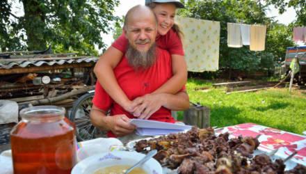 Власти «отстали» — и почти можно «просто жить». Как дела у семьи белорусов, отказавшейся от паспортов