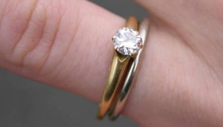 Невеста выложила фото обручального кольца, но все смотрели только на её ногти