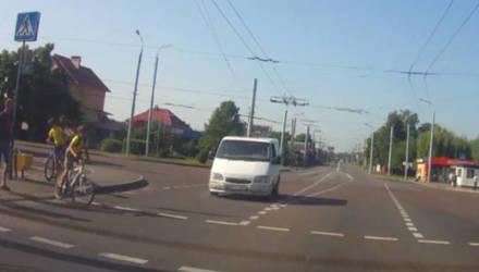 Видеофакт. В Гомеле микроавтобус едва не сбил ребенка на велосипеде