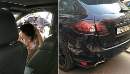 Сотрудники ГАИ задержали пьяную белоруску на Porsche с российскими номерами, которая едва не сбила ребёнка