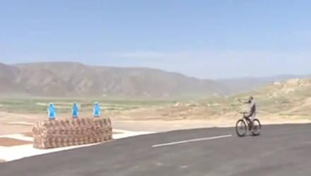 Президент Туркмении поразил мишени из пистолета, проезжая на велосипеде (видео)
