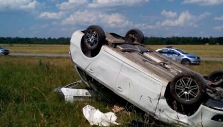 В Добрушском районе «Шкода» выехала в поле и перевернулась. Водитель погиб, двое несовершеннолетних не пострадали