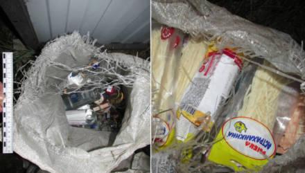 В Речицком районе безработный проник в кафе через крышу и набил полные мешки водки и закуски, но что-то пошло не так