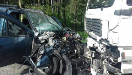 На Гомельщине водитель Mercedes уснул и врезался в трактор, ещё один автолюбитель на Renault столкнулся с грузовиком - ребёнок в реанимации