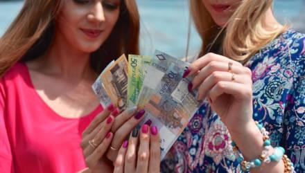 Средняя зарплата белорусов упала, но по-прежнему превышает 1000 рублей. Но это до уплаты налогов