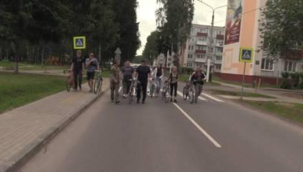 «Без предупреждения». Президент в выходные прокатился на велосипеде по Болбасово с младшим сыном (видео)