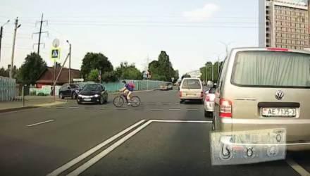 Показательное ДТП на переходе в Гомеле: неспешившийся велосипедист — горе для водителя