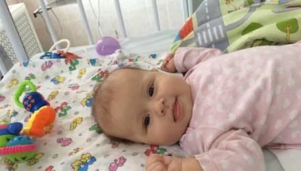 Анна Казыра из Хойников мечтает забрать доченьку из больницы, но семье не потянуть 2000 долларов на препараты для Вероники