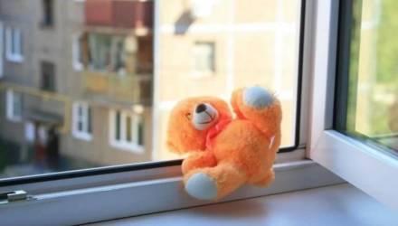 В Речицком районе 8-летняя девочка выпала из окна